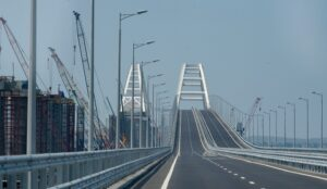 EU en NAVO veroordelen brug naar de Krim