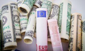 Euro passeert dollar als meest gebruikte handelsmunt